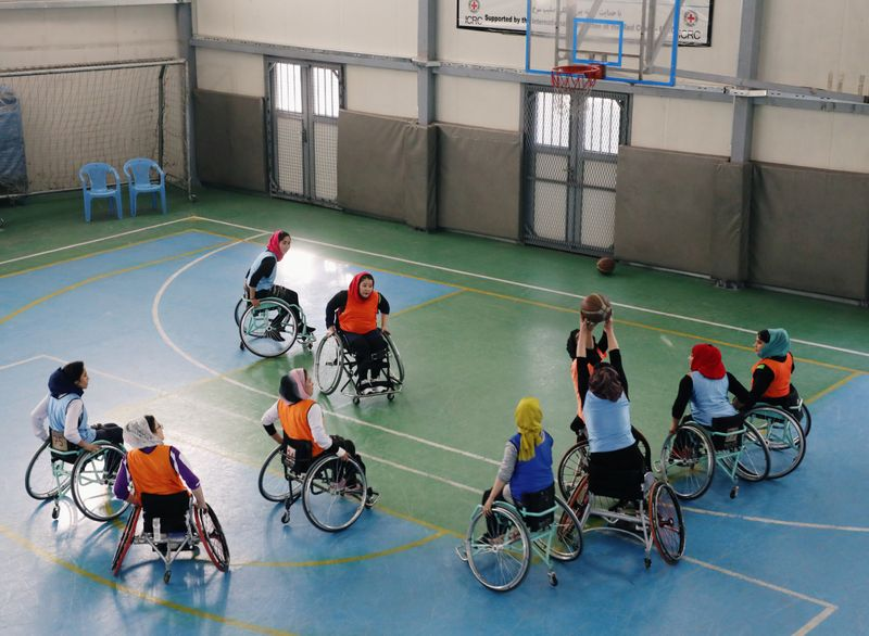 © Reuters. Disabled Afghan women play basketball at the Orthopaedic Center of the International Committee of the Red Cross in Kabul