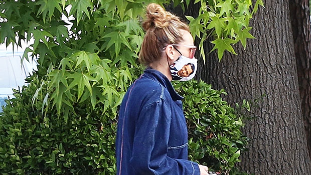 Julia Roberts, 52, Disses Donald Trump By Wearing Barack Obama-Themed Protective Face Gear
