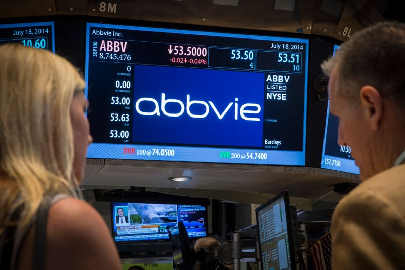 © Reuters. A screen displays the share price for pharmaceutical maker AbbVie on the floor of the New York Stock Exchange