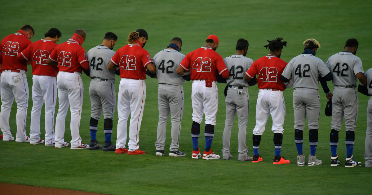 Angels and Mariners players lock arms in display of unity during national anthem