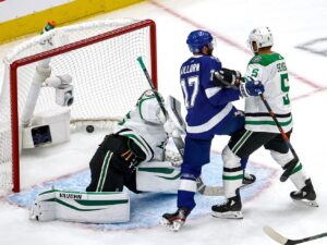 Lightning hang on after fast start to beat Stars 3-2, even Stanley Cup Final