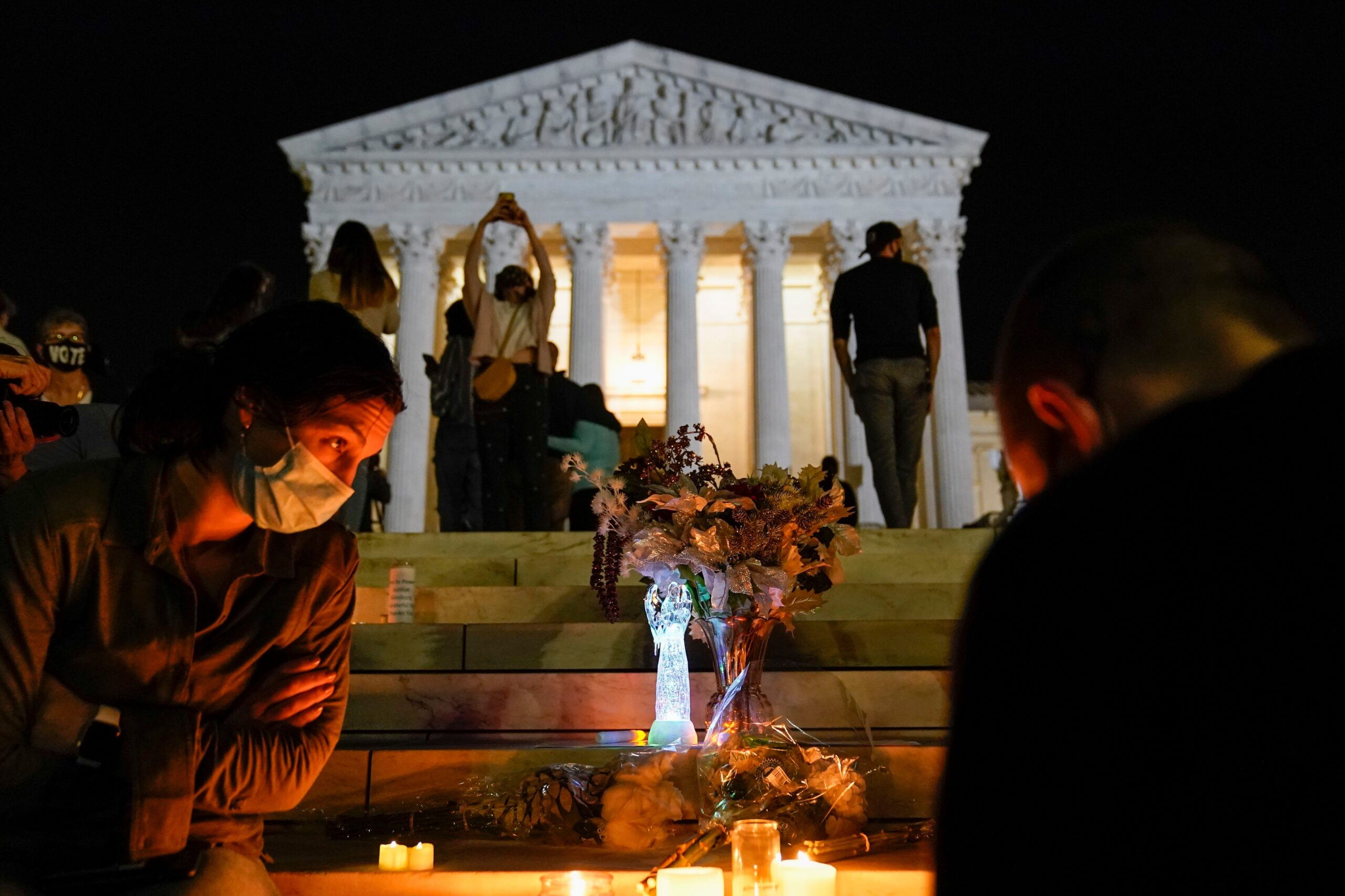 Crowd gathers at Supreme Court to honor Justice Ruth Bader Ginsburg