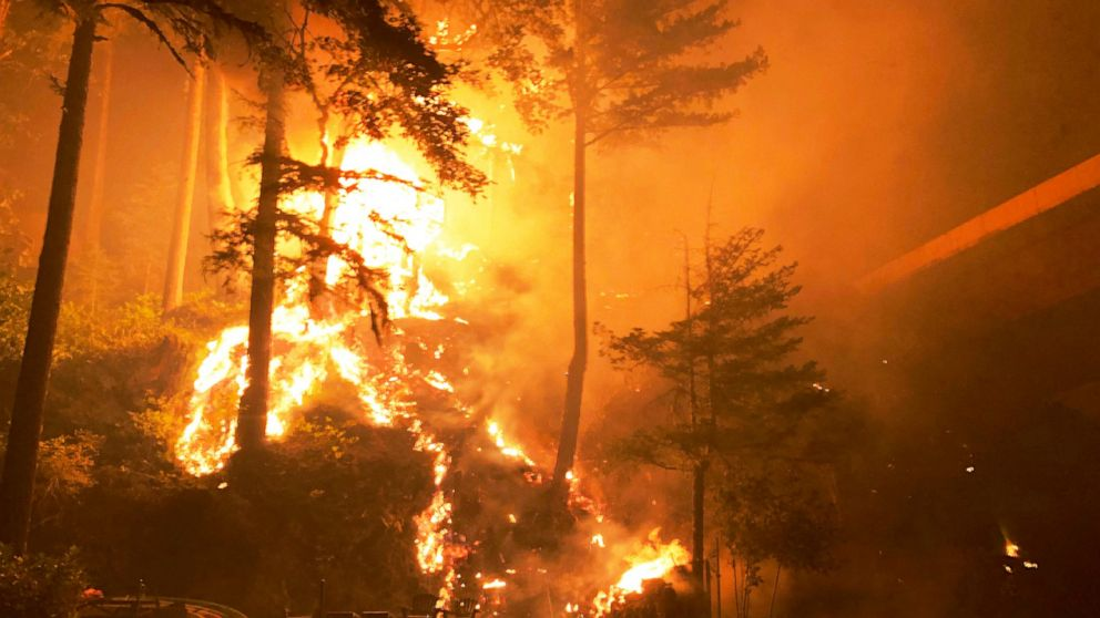 Man shelters from wildfire flames in Oregon river