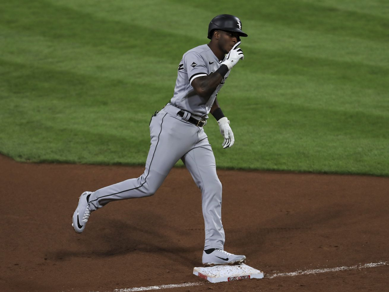 White Sox slug five homers, blank Reds 5-0
