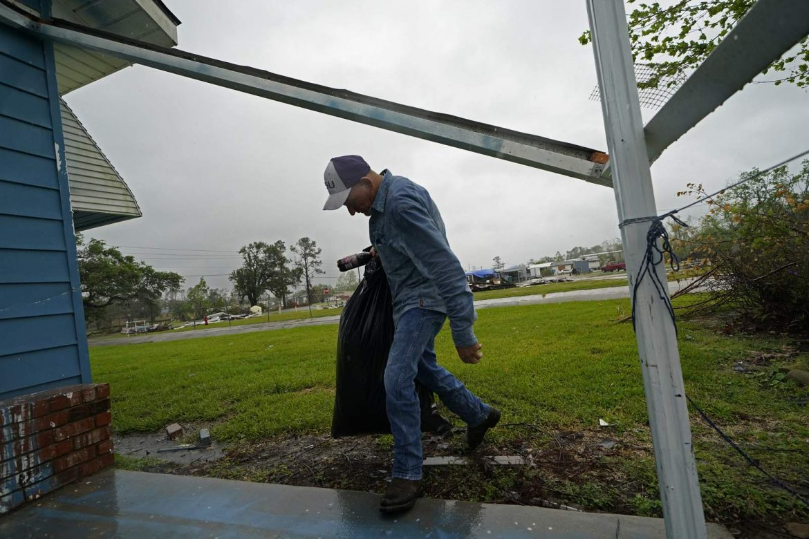 With whipping winds, Delta drenches Louisiana, Mississippi