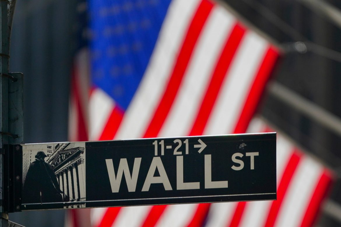 More money flowing into hedge funds amid global unrest