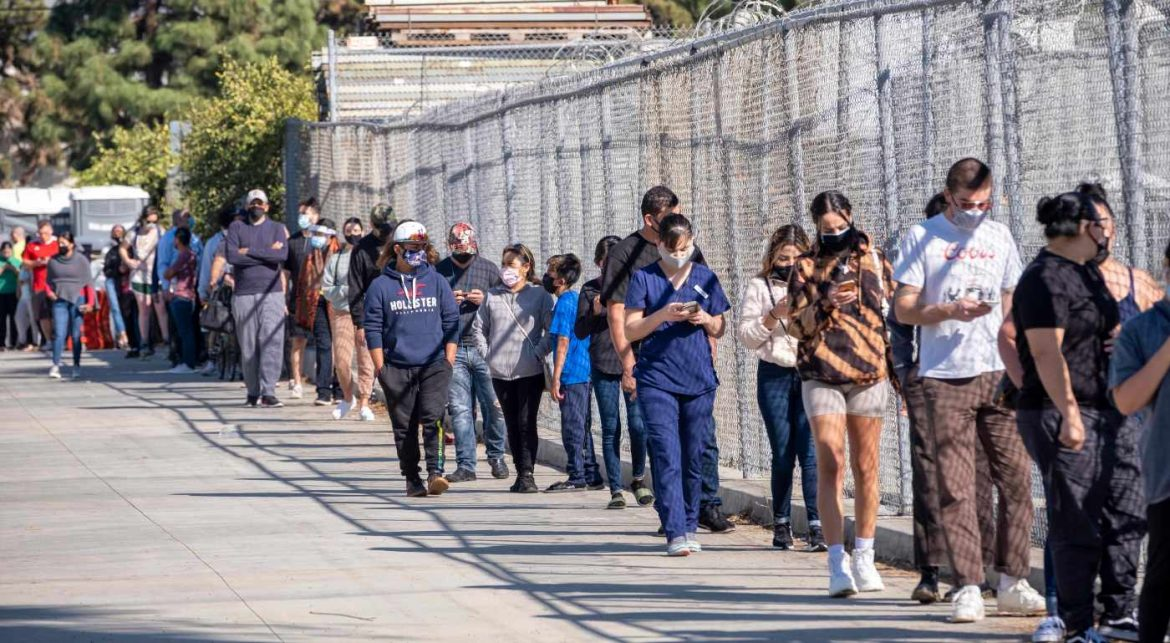 Throngs take advantage of San Fernando Valley 'super site' for coronavirus tests