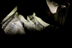 Dollar hovers near 2-1/2 low as traders eye U.S. stimulus talks