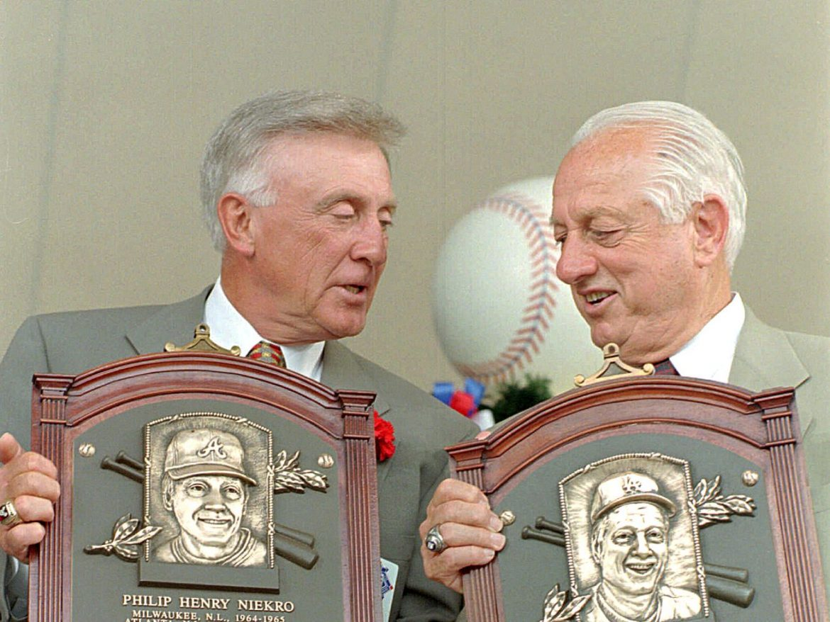 Phil Niekro, Hall of Fame pitcher who mastered the knuckleball, dies at 81