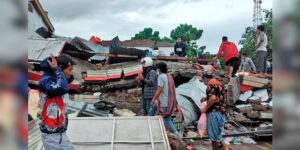 Rescue efforts after strong Indonesia quake stymied by blocked roads, lack of gear
