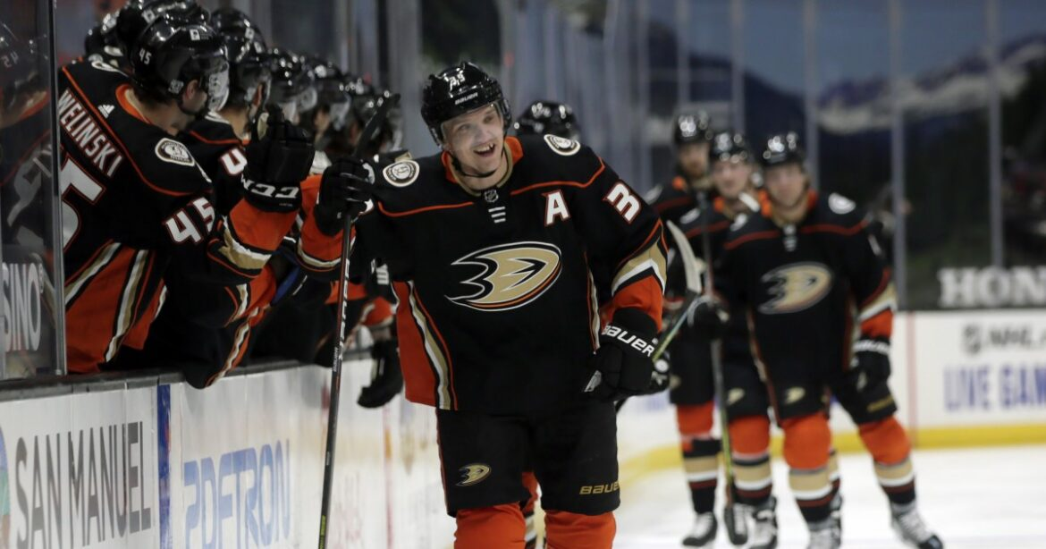 Ducks give John Gibson some scoring support in win over Avalanche
