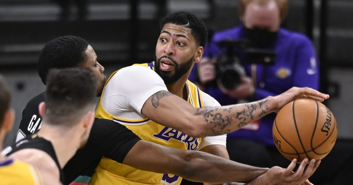 Anthony Davis and Lakers finish strong in gritty win over Spurs