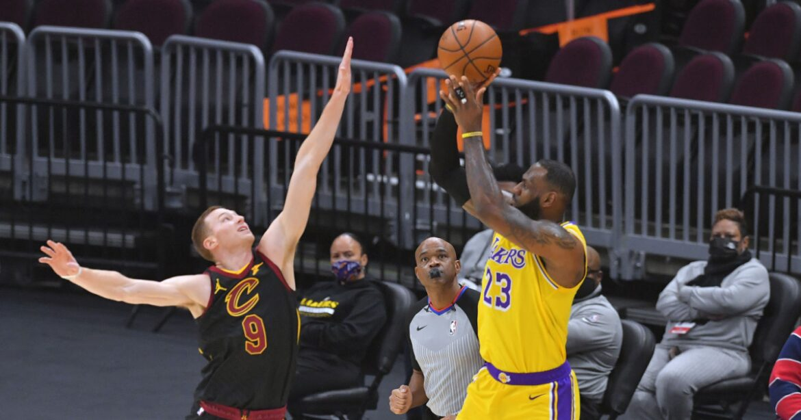 LeBron James torches hometown team for 46 in Lakers' win over Cavs