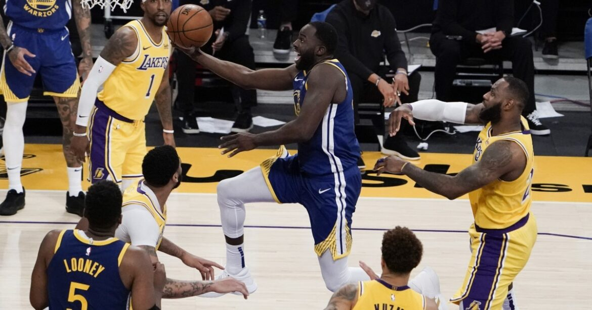 Lakers try to explain faltering at the finish against Warriors