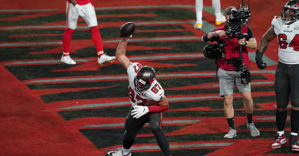 The Bucs trade a field goal for a touchdown. It's Gronkowski again.