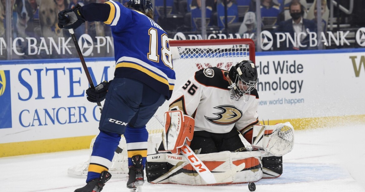 Goalie John Gibson excels in his return from injury as Ducks defeat Blues