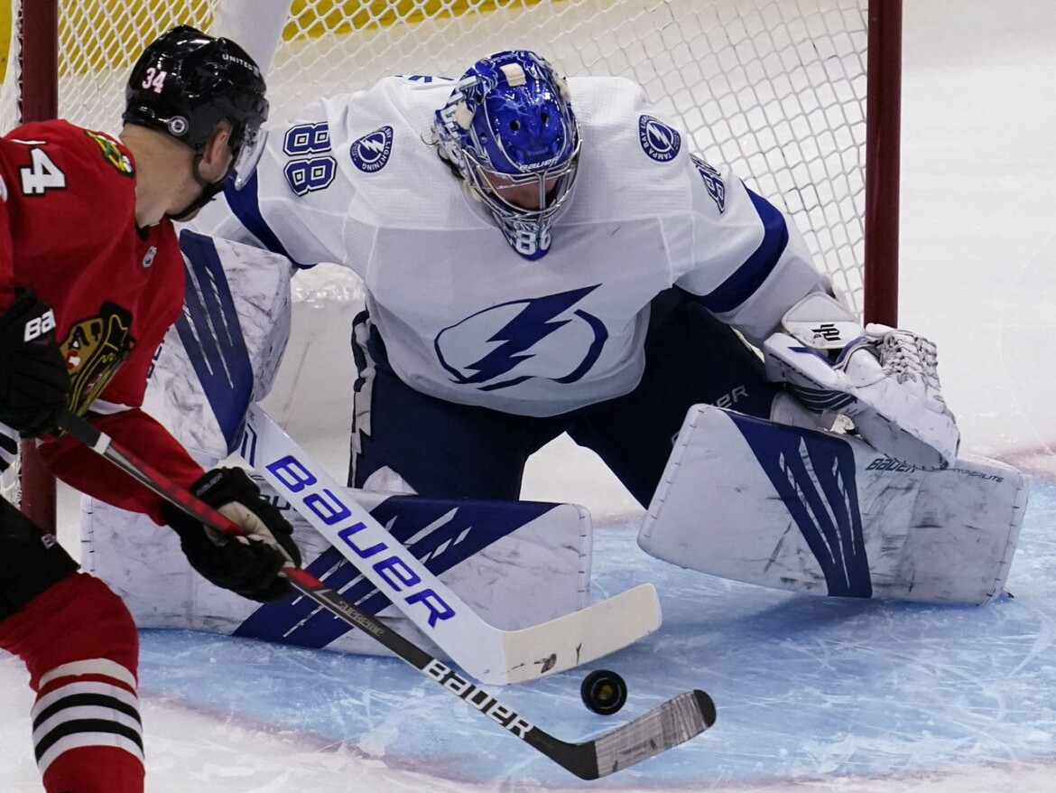 Blackhawks blow lead against Lightning, lose with 0.1 seconds left in overtime