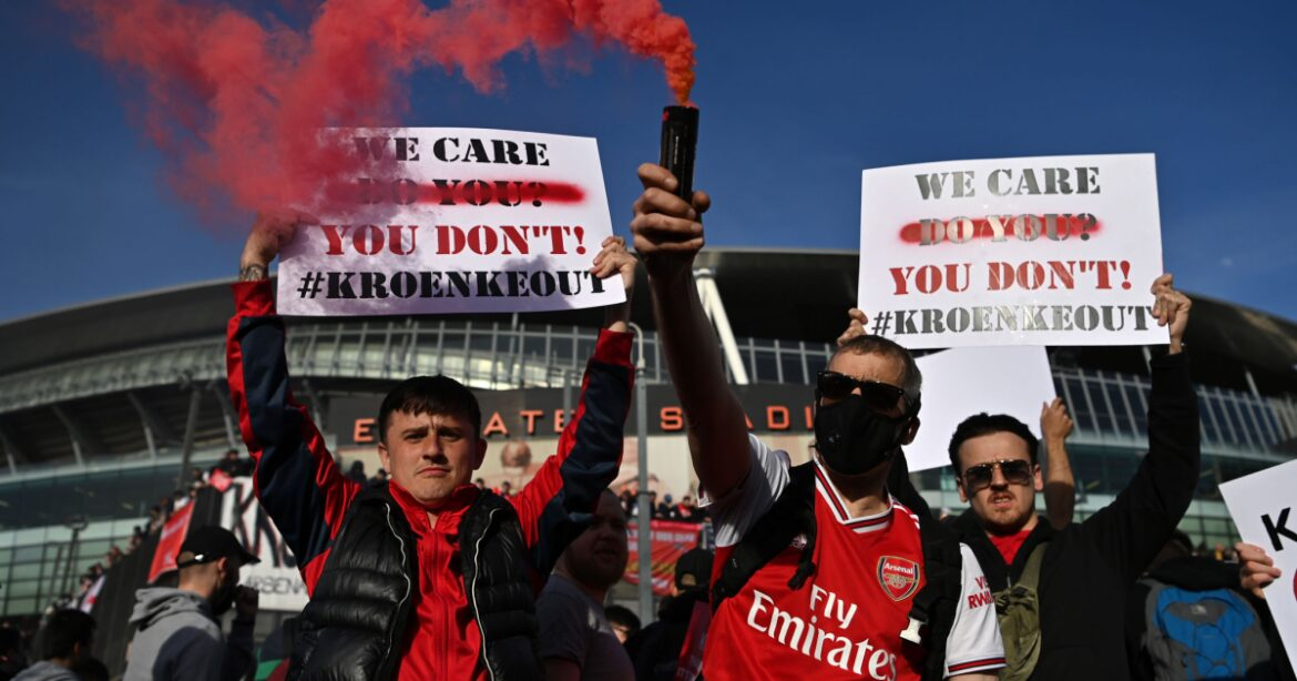 Arsenal fans protest against team owner Stan Kroenke over Super League debacle