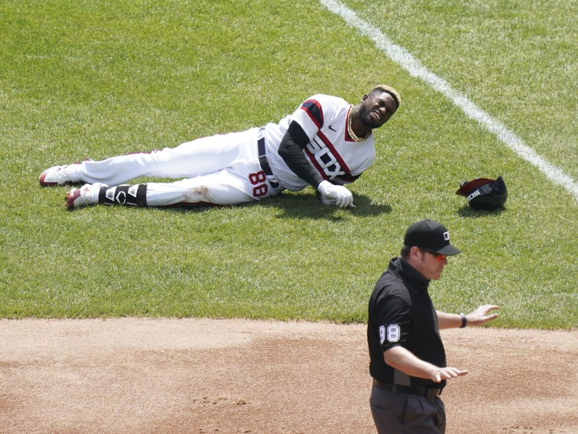 White Sox outfielder Luis Robert leaves game with right hip flexor strain