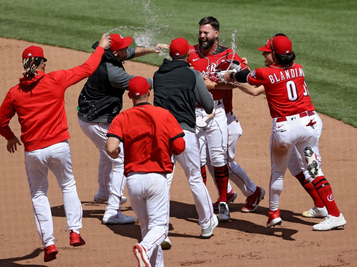 Reds walk off White Sox 1-0 in 10 innings