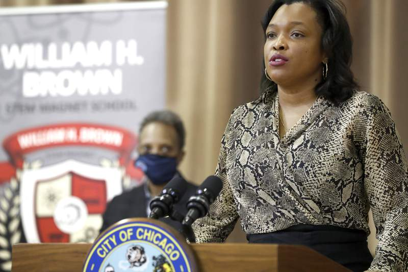 Chicago schools chief plans to leave post later this year