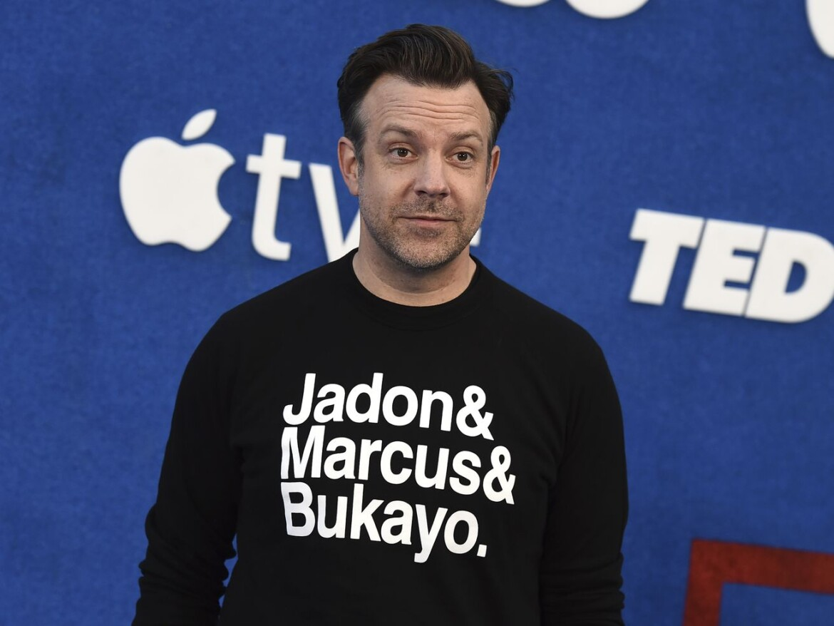 'Ted Lasso' star Jason Sudeikis wears shirt supporting Black soccer players who faced racist abuse
